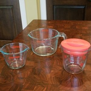 Set of 3 Pyrex glass measuring cups